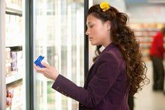 Femme dans le supermarché Image stock