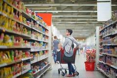 Femme dans le supermarché photos stock