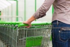 Femme dans le supermarché avec le caddie Photos libres de droits