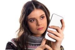 Femme dans le téléphone de prises de pull molletonné Photographie stock libre de droits