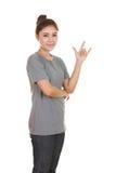 Femme dans le T-shirt avec le signe de main je t'aime Photographie stock libre de droits