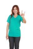 Femme dans le T-shirt avec le signe de main je t'aime Image libre de droits