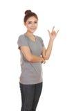 Femme dans le T-shirt avec le signe de main je t'aime Image stock