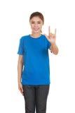 Femme dans le T-shirt avec le signe de main je t'aime Photographie stock