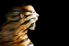 Femme dans le tigre stylisé Images stock