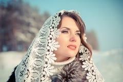 Femme dans le tippet de dentelle en hiver Fille de conte de fées dans un paysage d'hiver Noël Photo libre de droits