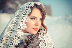 Femme dans le tippet de dentelle en hiver Fille de conte de fées dans un paysage d'hiver Noël Photographie stock libre de droits
