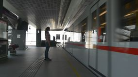 Femme dans le train de attente de métro banque de vidéos