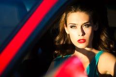 Femme dans le véhicule rouge Photo stock