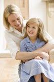 Femme dans le vestibule avant étreignant la jeune fille et le smil Photos stock