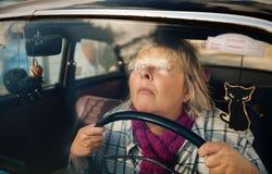 Femme aîné dans le véhicule d'oldtimer Photo libre de droits