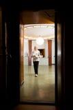 Femme dans le vieil intérieur de station thermale Photographie stock libre de droits
