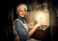 Femme dans le vieux capuchon avec le chandelier image libre de droits