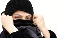 Femme dans le visage de revêtement de châle Photos stock
