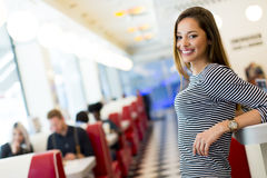 Femme dans le wagon-restaurant images stock