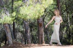 Femme dans les bois image stock
