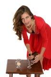 Femme dans les boissons pleuvantes à torrents de robe rouge Image stock