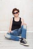 Femme dans les espadrilles et des jeans Photo stock
