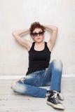 Femme dans les espadrilles et des jeans Photographie stock libre de droits