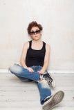 Femme dans les espadrilles et des jeans Images libres de droits