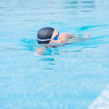 Femme dans les lunettes nageant le style de rampement avant Photos stock