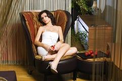 Femme dans les luxurios intérieurs Photos stock