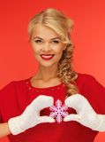 Femme dans les mitaines et la robe rouge avec le flocon de neige Photo stock