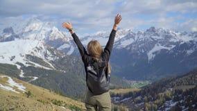 Femme dans les montagnes clips vidéos