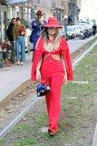 Femme dans les nefs rouges hiver 2015 2016 d'automne de streetstyle de semaine de mode de Milan, Milan de thassia Photographie stock libre de droits