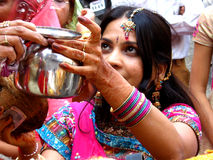 Femme dans les rituels images stock