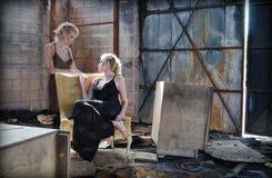 Femme dans les ruines avec son ordinateur de secours Images stock