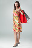 Femme dans les sacs à provisions colorés de fixation d'équipement Photographie stock libre de droits