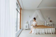 Femme dans les sous-vêtements chics, intérieur de luxe de chambre à coucher images stock