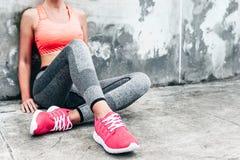Femme dans les sports habillement et chaussures photographie stock