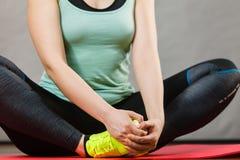 Femme dans les vêtements de sport étirant des jambes Images stock