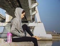 Femme dans les vêtements de sport détendant après une séance d'entraînement Images libres de droits