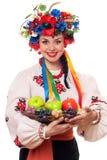 Femme dans les vêtements nationaux ukrainiens avec le fruit Photo stock