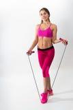Femme dans les vêtements de sport tenant une corde dans des ses mains Backgroun blanc Photo libre de droits