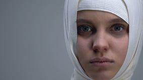 Femme dans les yeux s'ouvrants de headwrap et regarder la caméra, lésion cérébrale traumatique clips vidéos