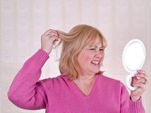 Femme dans mécontent rose des cheveux Photos libres de droits