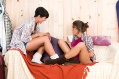 Femme dans sa maison en bois avec un ami Image stock