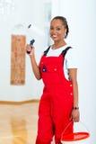 Femme dans sa rénovation de maison diy Images libres de droits