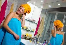 Femme dans sa salle de bains Photos stock