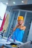 Femme dans sa salle de bains Image libre de droits