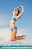 Femme dans sauter de bikini images stock