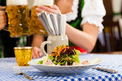 Femme dans Tracht bavarois au restaurant Image libre de droits