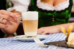 Femme dans Tracht bavarois dans le restaurant ou le pub Photos stock