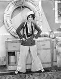 Femme dans un équipement de marins devant un conservateur de vie (toutes les personnes représentées ne sont pas plus long vivante images stock