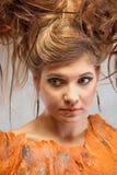 Femme dans un équipement orange, portrait, mode, studio photographie stock