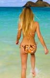 Femme dans un bikini à une plage tropicale Images libres de droits